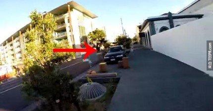這個人搶走了別人的iPhone,但是1分鐘後馬上就遭受到報應。