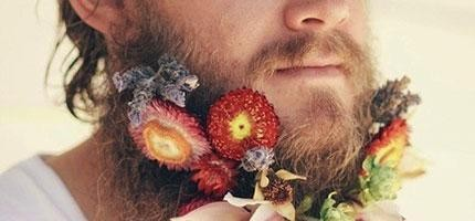 男人鬍子上帶花