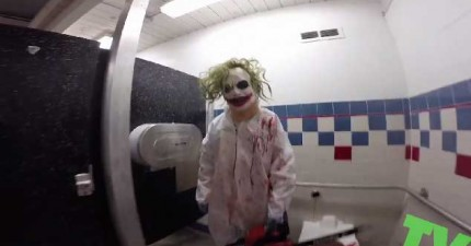 正在上廁所的時候,忽然聽到腳下方的電鋸聲!褲子都沒時間穿上…快跑啊!