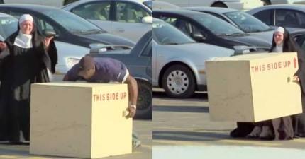 停車場裡的人想要幫忙搬箱子但怎麼樣都搬不了。OMG,修女有如神助搬起來了!