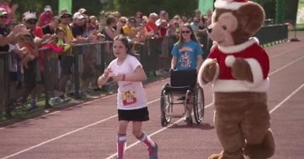 這名11歲小女生在跑10公里馬拉松時被所有人追過,但最後所有人都起立為她鼓掌喝采!