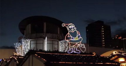 裝飾這個英國小鎮聖誕燈的人因為某原因被惹毛了,偷偷佈置了一大堆兒童不宜的燈光圖案。