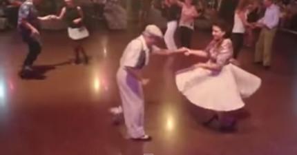 這對老夫妻跑到舞池去,然後跳的舞讓在場的所有人驚喜萬分。