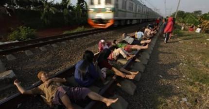 這些印度民眾當眾臥軌貌似是要自殺。他們這麼做的原因會讓你大翻白眼...