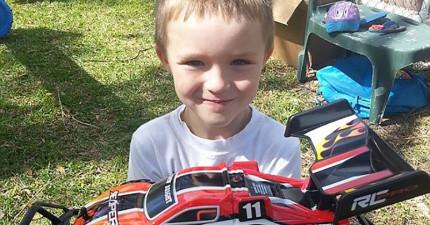 這名自閉症小男生的生日當天沒有同學來參加。著急的母親在FB上PO文,過了一小時連直升機都到了!