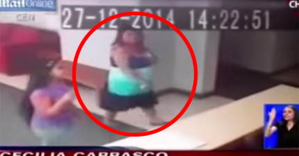 超靈異!監視器清楚拍下「隱形鬼手」將這名女士重重推倒在地。