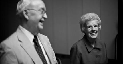 在結婚60年的愛妻過世數天後,他在支票簿中發現到這張讓他人生圓滿的小紙條。