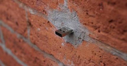 若你在路邊發現USB插頭可能覺得很怪,但它其實是遍佈上百處的「情報點」!