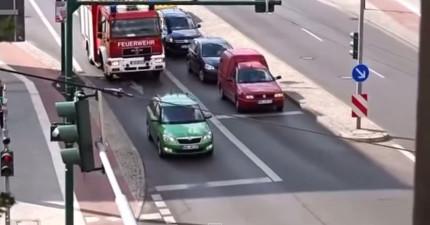 網友上傳這支叫做「TMD智障」的交通影片,接著就馬上引起超多網友共憤爆紅。