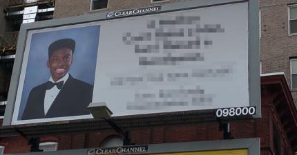 這名單親媽媽超開心兒子順利從高中畢業,居然在外面買了一個超大的廣告看板慶祝。