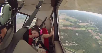 4歲小女生第一次坐小型飛機,快看看當飛機旋轉她在0:59的反應!