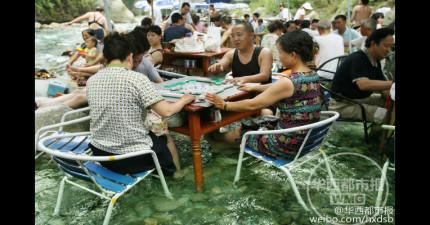 中國居民們最近開始在河裡打麻將,原因實在太天才了!