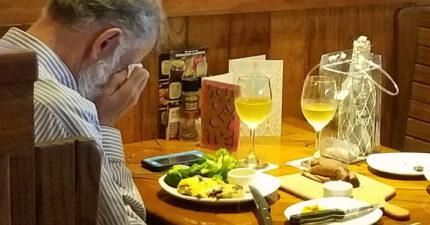 老先生情人節單獨跟老婆骨灰約會,雙手捧著臉哭泣...網友感動50萬讚、40萬分享!
