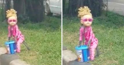 路邊出現金髮小女孩向路人乞討 「脖子被鐵鍊栓住」真面目讓人心碎