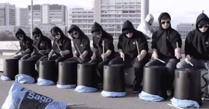 8個黑衣人帶著水桶到街上 棍子一揮...動作一致到就像影分身!