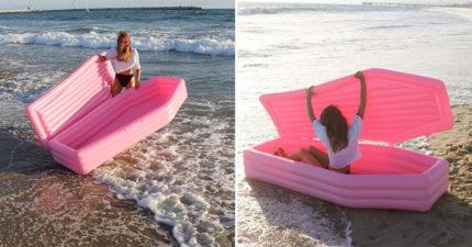 騎天鵝落伍了!最新「時尚粉紅棺材」浮板 人人搶著躺