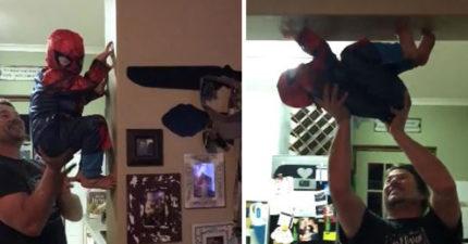 兒子想當《蜘蛛人》 暖爸化身「真人遊戲機」實現夢想:現在你就是英雄了!