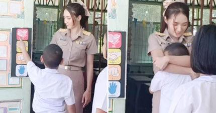 影/正妹老師跟學生玩「愛的抱抱」 小男生「頭埋胸口」46萬網友暴動:絕對不翹課!