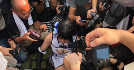 影/正妹Coser「被超多大叔迫近包圍」嚇到哭!工作人員面前「直接伸進去」她崩潰