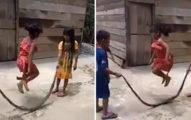 影/越南小孩「把蛇當道具」玩跳繩遊戲 他們完全不怕「邊玩邊笑」畫面超詭異!