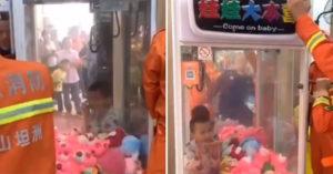 影/調皮童「爬進娃娃機」想偷玩偶 「被卡住出不來」他嚇壞爆哭!