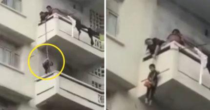 影/為了救愛貓…奶奶「垂吊孫子」到樓下陽台 超誇張舉動被罵爆:誰才是真孫?