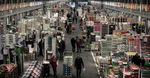 殯儀館不夠放!全球最大市場被徵用「當停屍間」 可放上千具「食物繼續賣」