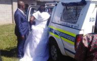 疫情期間硬辦婚禮「沒坐到禮車先上警車」50人一起度蜜月