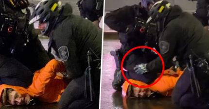 影/警察下意識「又跪脖子」示威者暴怒 同伴趕緊「拍膝蓋」滅火