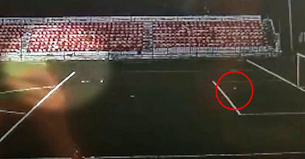 影/俄羅斯少年被雷劈中瞬間「還踢出高速球」全場觀眾嚇呆!