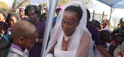 9歲非洲小男生娶62歲的女士