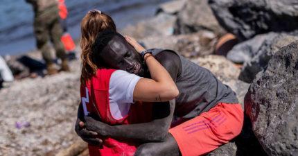 女志工「抱緊難民」被網友罵到關臉書!議員力挺:不向仇恨低頭